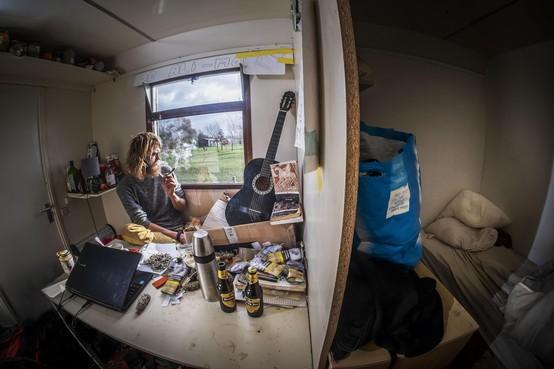 Alexander Smit (25) sliep tot voor kort in zijn tentje op een festivalterrein in Waarland. Inmiddels heeft hij een warme slaapplek, maar: 'Het liefst ga ik de straat weer op en buiten slapen'