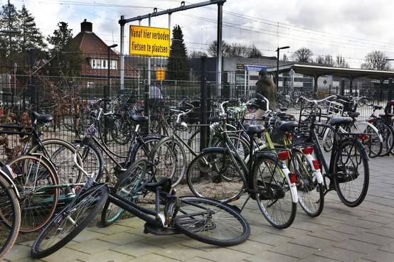 Fietsenchaos bij station Naarden-Bussum, waarschuwingsborden worden massaal genegeerd