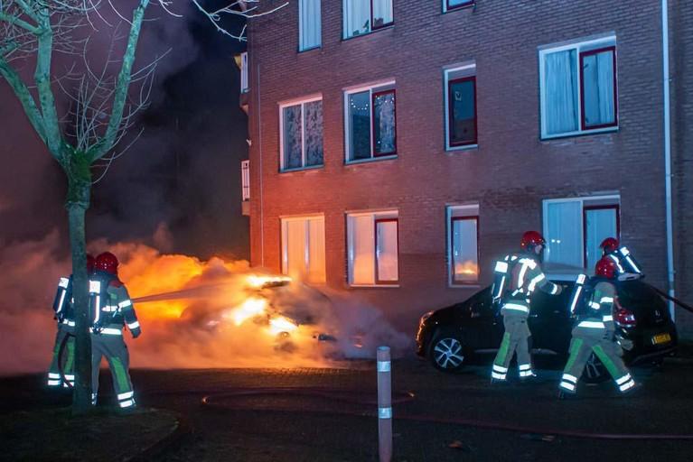 Twee auto's volledig uitgebrand in Huizen