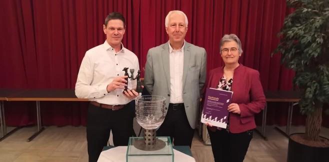 Muziekvereniging Crescendo krijgt de Muider Roemer, vierde en laatste vrijwilligersprijs in Gooise Meren uitgereikt tijdens nieuwjaarsreceptie Stadsraad Muiden