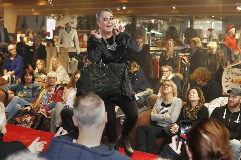 Dat je voor de mooiste feestkleding ook bij de kringloopwinkel terechtkunt, bewijst Spullenhulp Soest in een wervelende modeshow [video]