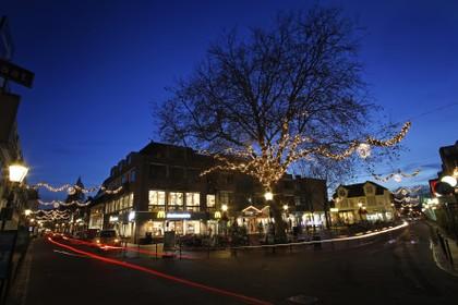 Vijf bomen in centrum Bussum nu ook vrolijk verlicht