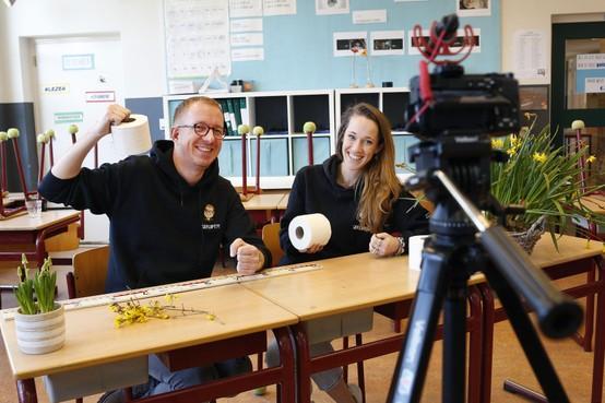 Geen school? Juf Marijke van de KWS in Baarn en meester Christiaan van de Werveling nemen je online bij de hand!; 'Zo, je hebt je eerste vak alweer af!' [video]