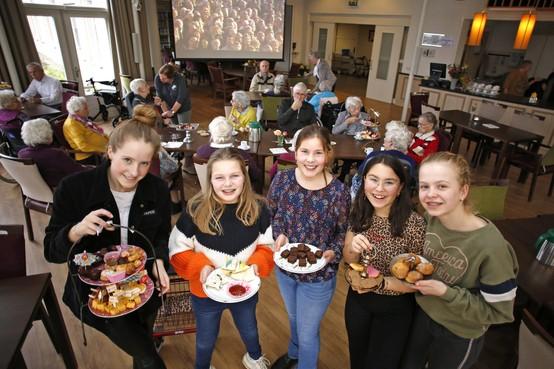 Linde, Julia, Anne, Puck en Charlotte verzorgen een high tea in Voor Anker Huizen; 'Bejaarden verrassen, dát leek ons leuk!'