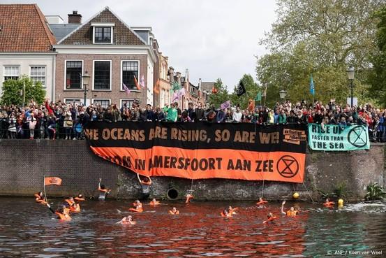 Klimaatactivisten op de kade in Amersfoort