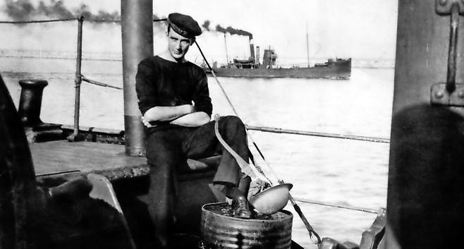 Meisjes uit havenstadje in Wales slaan 170 aan Duitsers ontkomen zeelieden aan de haak