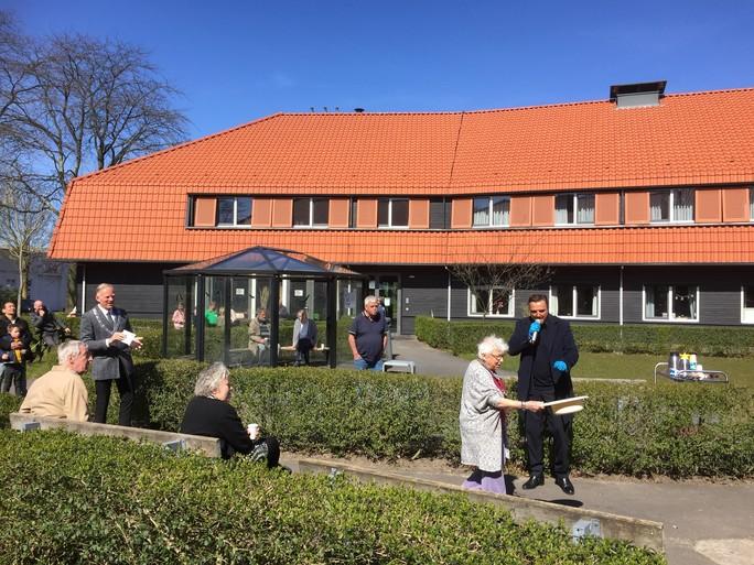 'Bejaarden stonden achter glas te huilen'; Brok in de keel bij artiest Mick Harren uit Amsterdamse Jordaan die zaterdag gratis optreedt bij Antoniushof en Mauritzhof in Bussum