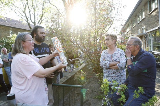 Hilversumse JP Coenstraat huldigt 'aardigste buurman': 'Lief zijn voor elkaar maakt rijk van binnen'