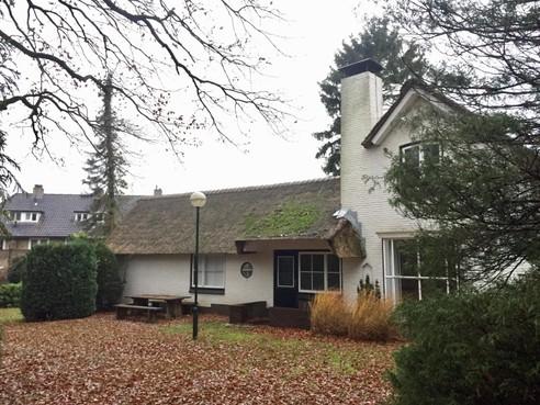 Rietgedekt landhuisje aan Orionlaan in Hilversum moet plaatsmaken voor vier nieuwe huizen, buren komen in verzet