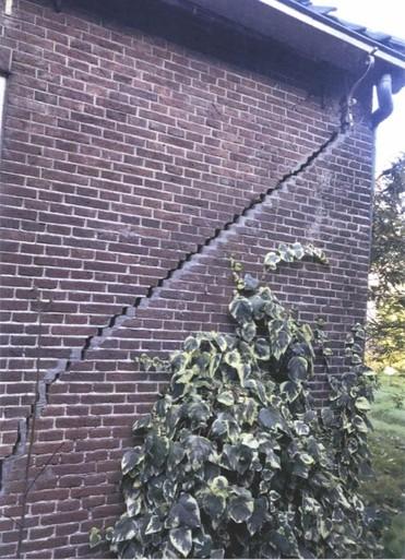Verloederd rijksmonument Voorbaan 32 in Huizen 'gevaar voor omgeving'; gemeente tikt eigenaar op de vingers