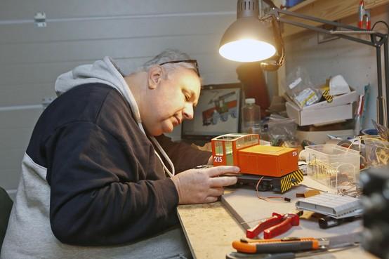 Ed de Bruijn van Ed's Garten Bahn bouwt bestaande treinen in model na. Levensecht, tot in perfectie nagemaakt; de ultieme jongensdroom