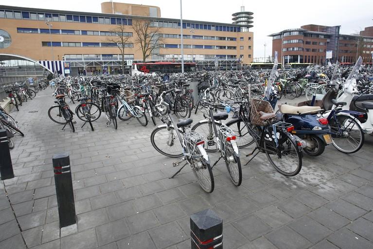 Chaos door honderden foutgeparkeerde fietsen bij het station in Hilversum: 'De regel is simpel, ze moeten in het rek'