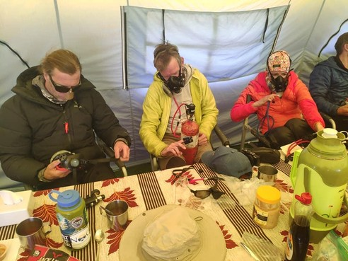 Naarder Wilco Dekker haalt top van de Mount Everest, zeven anderen komen om