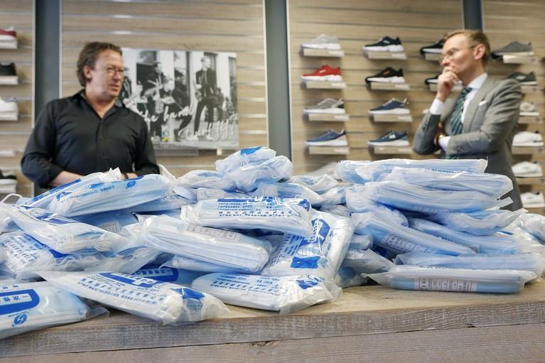 Larense drumband doneert duizenden mondkapjes; voorzitter Mark Limburg: 'We willen iets doen voor de samenleving'