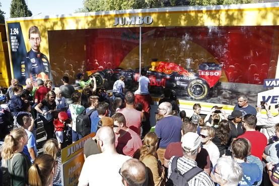 Auto van Max Verstappen brengt menigte op de been in Hilversum; 'Je kunt hier moeilijk donuts gaan draaien'