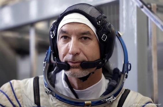 Astronaut stuurt robot vanuit ISS door hangar