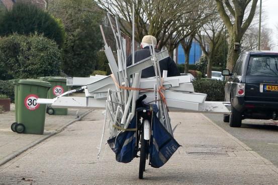 Soester metaaltransport: met de fiets volgeladen dwars door de wind naar het recyclingbedrijf