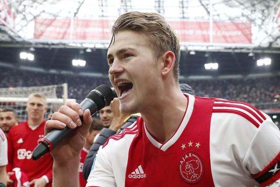 Silooy reikt schaal uit bij titel Ajax
