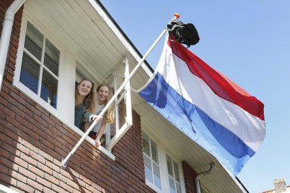 Geslaagd! Nova en Lieve uit Hilversum hangen de vlag alvast uit: 'Ik voel me niet echt geslaagd, maar het is toch heel fijn'