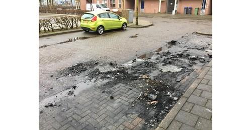 Buurvrouw Wilma Kamerman voelt zich na autobranden niet meer veilig in eigen huis; buurt gaat uit van brandstichting