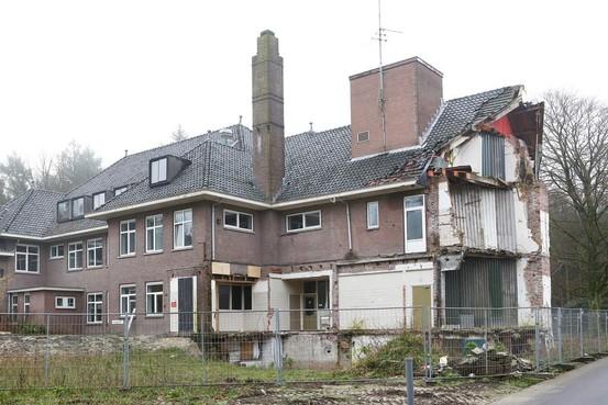 Oud klooster dreigt nieuwe Vuursche 'rotte kies' te worden na sloopstop; Baarn wil eerst plan zien voor gemeentelijk monument