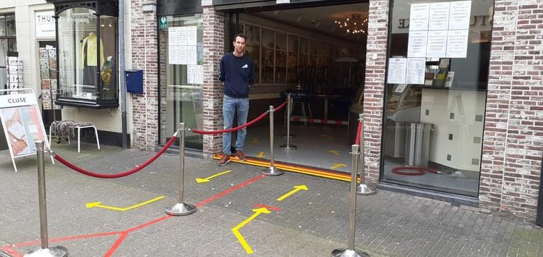 Uitgestorven Hilvertshof en lege winkelstraten in Hilversum. Winkeliers hebben het zwaar, maar: 'Zo'n virus gaat mij niet wegkrijgen'