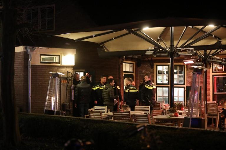 Politie schiet verdachte neer bij vechtpartij bij café in Laren, één agent gewond [video]