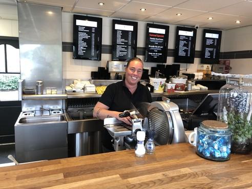 Eigenaresse Hilversums Cafetaria 't Kamrad bezorgd over goede naam: 'Eigenlijk is hier niks gebeurd'