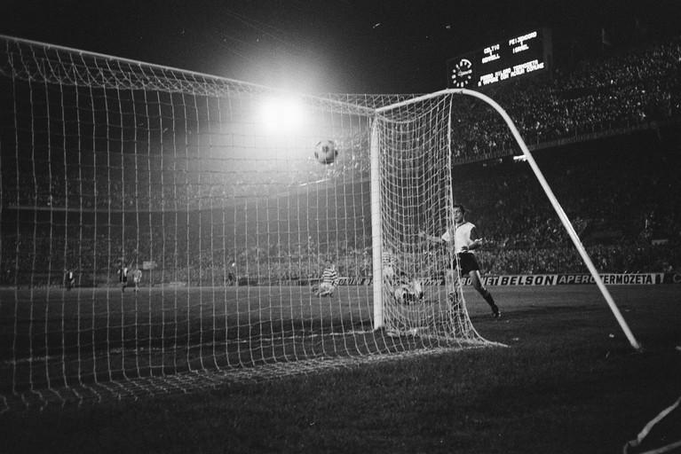 Toen er op 6 mei nog wél gesport werd: met Happel krijgt Feyenoord iets onoverwinnelijks [video]