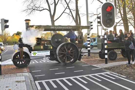 Ritje in historische stoomwals sluit werkzaamheden aan Rijksweg Naarden officieel af