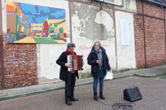Buurt bij Hilversumse busremise opgefleurd met gedicht en kleurplaten [video]