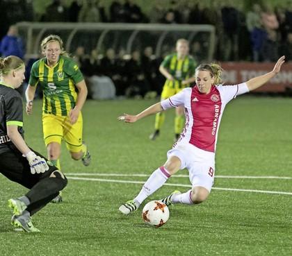 Chantal de Ridder keert als trotse moeder terug in het elftal van Ajax [video]