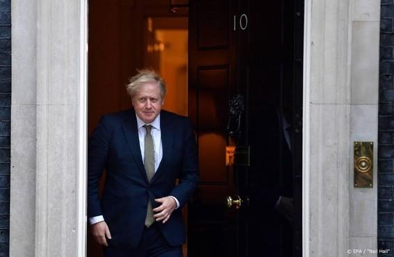 Britse premier Johnson tekent brexit-document