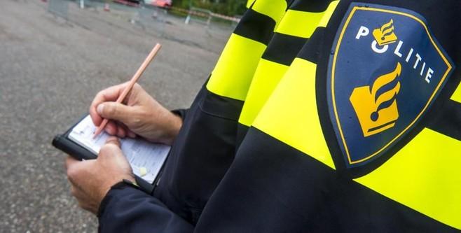 Politiestudenten posten op de Schapenkamp in Hilversum: meer dan één bon per minuut