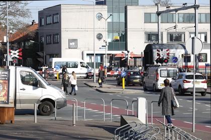 Kleine Spoorbomen in Hilversum moeten op slot voor automobilisten: 'Het is nu te gevaarlijk'