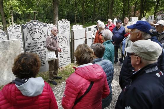 Harry Mock schrijft gids over joodse begraafplaats Muiderberg; 'Ik had er vroeger weinig mee'