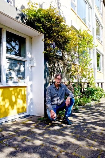 Blauwe regen van Hilversummer op nippertje gered van bijl woningcorporatie Alliantie: 'Ik zou mijn geveltuin niet onderhouden'