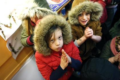 Met dikke jas aan staat de juf voor de klas en nog is de energierekening torenhoog; 'Ik schrok van de staat van het schoolgebouw'