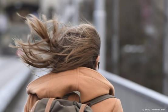 Vrouw raakt waarschijnlijk door rukwind van de weg en overlijdt