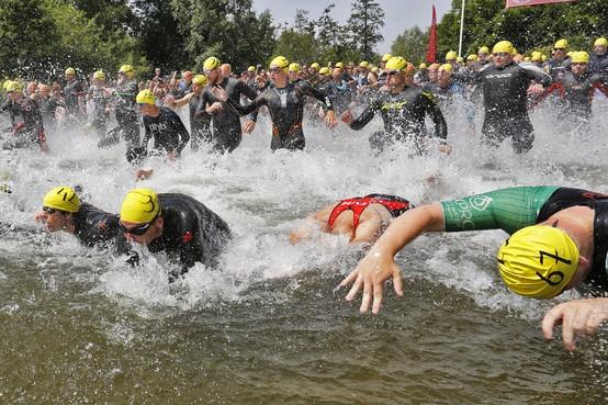 Lopen, fietsen en gelukkig ook het water in bij snikhete triatlon in Nederhorst [video]