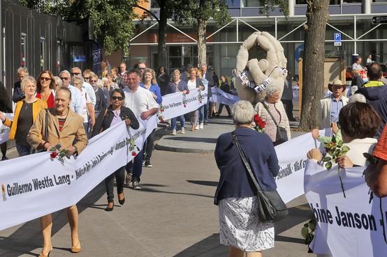 Lint van achthonderd meter met namen geweldslachtoffers trekt door de straten van Hilversum: Letterlijk stilstaan bij slachtoffers van geweld