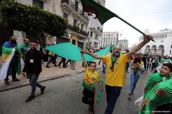 Enorme menigtes betogen in Algerije