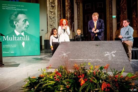 Koning onthult gedenksteen voor Multatuli