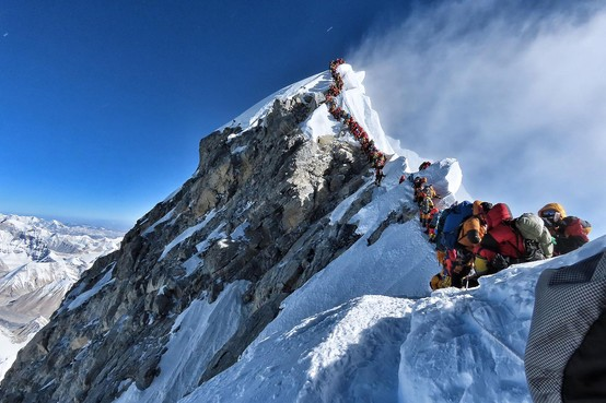 File zorgt voor gevaar op de zuidroute op de Mount Everest, Sander Daems zag in de rij staan op bucketlistberg niet zitten