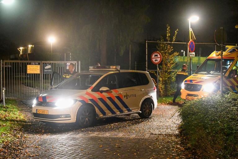 Politie-achtervolging eindigt op Larense tennisbaan, minderjarige jongen gewond
