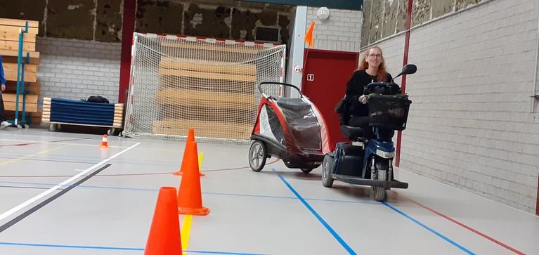 Scootmobieltraining in Weesp: het gaat erom dat je de lol ervan inziet, in optocht naar de Maxis, 'Gemeente treuzelt met aanpak obstakels'