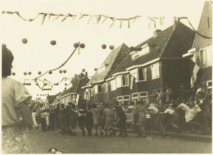 'De tyrannie die ons hart doorwondde is verdreven'. Pas toen in 1945 de vlag uitging bij het politiebureau en de klokken van de Waagtoren luidden ging in Alkmaar de driekleur overal uit