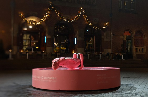 Huilende roze vrouw van voetstuk gevallen en keert niet meer terug in Amsterdam