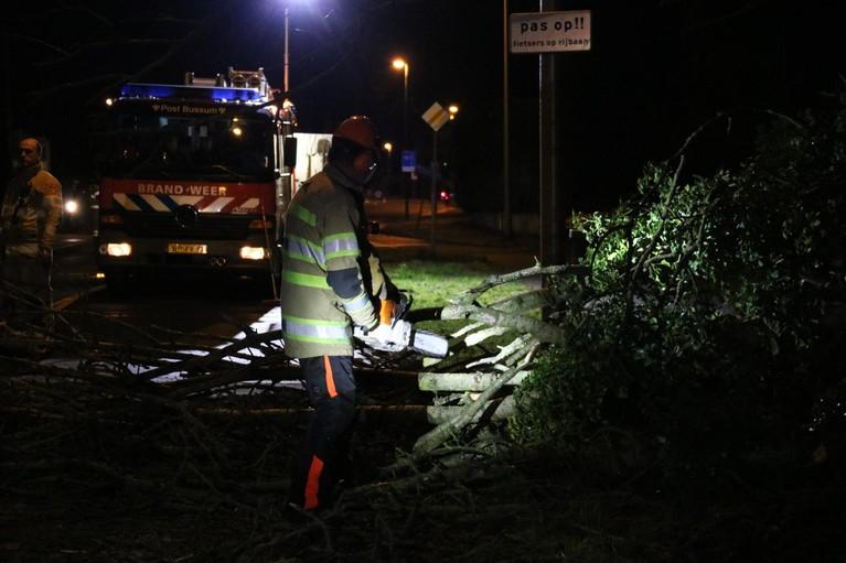 Grote boom waait om en blokkeert Hilversumse Meentweg