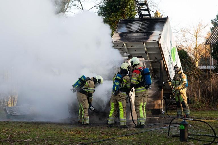 Hovenierswagen vliegt spontaan in brand in Soest